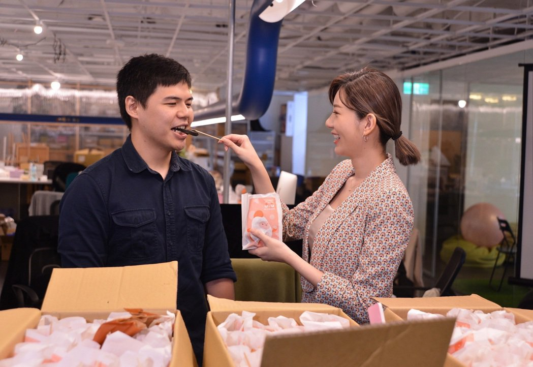 郭雪芙(右)餵食粉絲下午茶。圖/八大提供