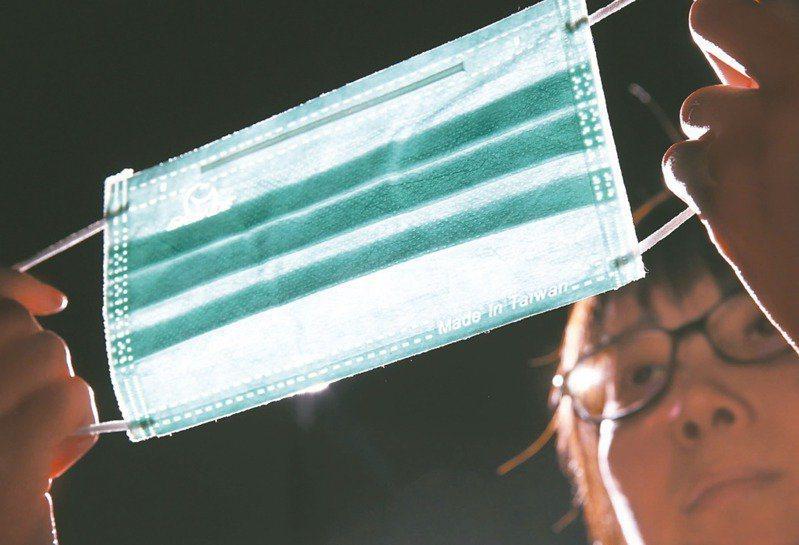 食藥署日前公告,國產平面醫用口罩必須逐片打上鋼印,標示「MD」及「Made In Taiwan」字樣。圖/本報資料照片