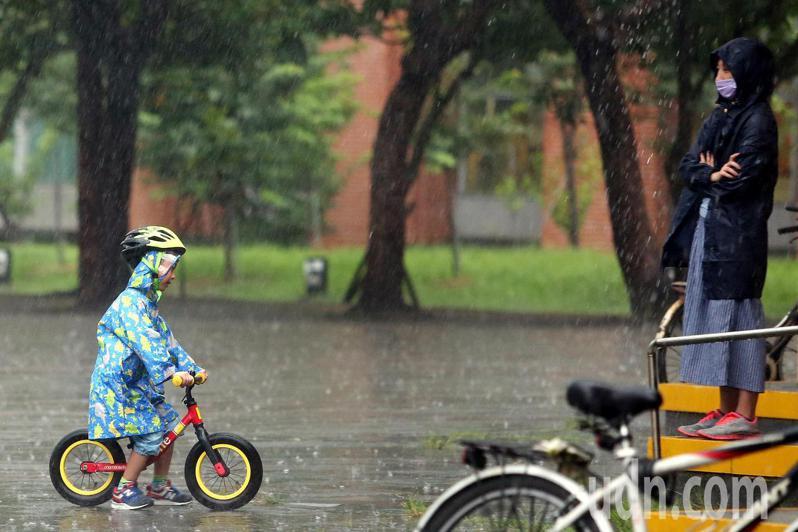 氣象局下午再度發布大雨特報。 圖/聯合報系資料照片