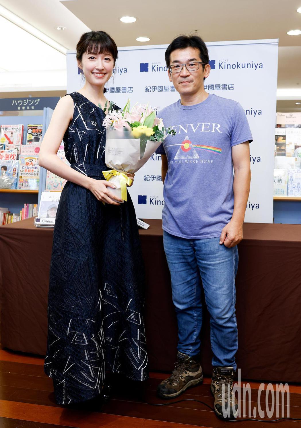田中千繪(左)今天在微風廣場舉辦個人首本中文自傳散文集《四十,仍懂愛》新書簽名分
