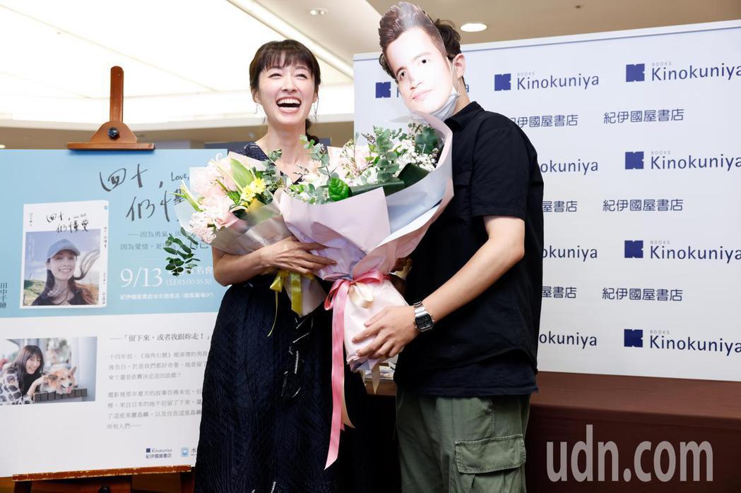 田中千繪(左)今天在微風廣場舉辦個人首本中文自傳散文集《四十,仍懂愛》新書簽名分...