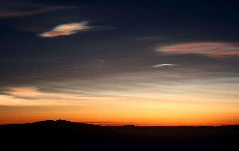 2006年,南極洲澳洲科學考察站「莫森站」上空出現罕見的貝母雲(圖左上方),這種雲位在離地20公里的平流層。(美聯社)