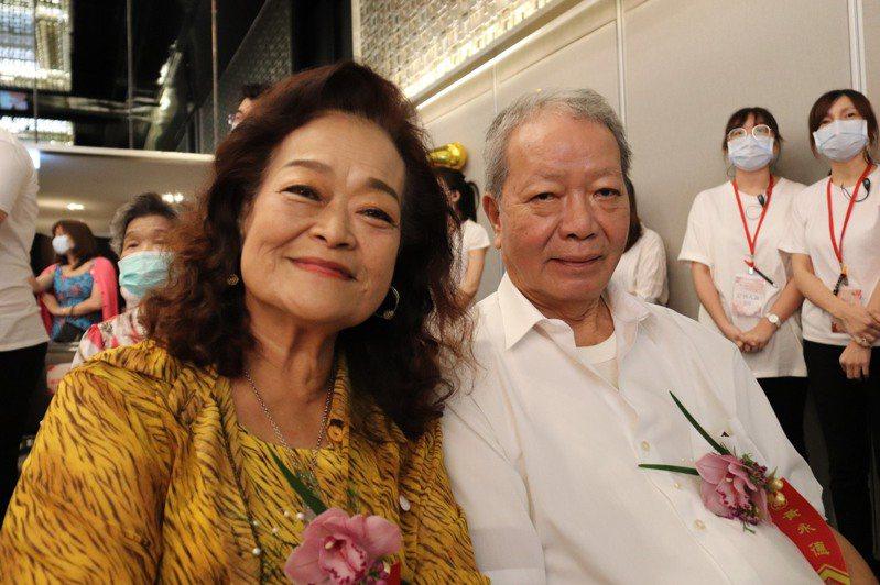 結婚已52年的黃永德(右)及陳秀榮(左)今出席金婚表揚典禮。記者胡瑞玲/攝影