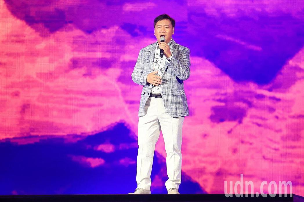 「民歌45高峰會巨蛋感恩場」下午在台北小巨蛋登場,施孝榮一首《歸人沙城》開場。記...