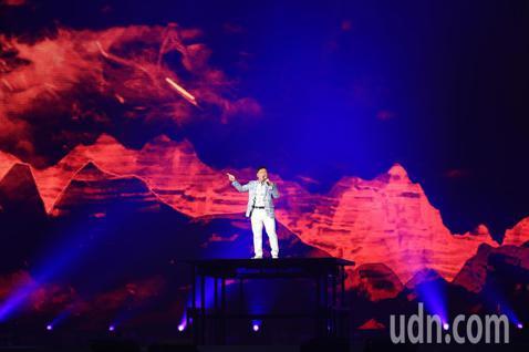「民歌45高峰會巨蛋感恩場」下午在台北小巨蛋登場,施孝榮一首《歸人沙城》開場,隨後與陳艾湄合唱《誰說我不在乎》,14組民歌唱將輪番上場,聲聲嘹起那些年最青春的回憶。