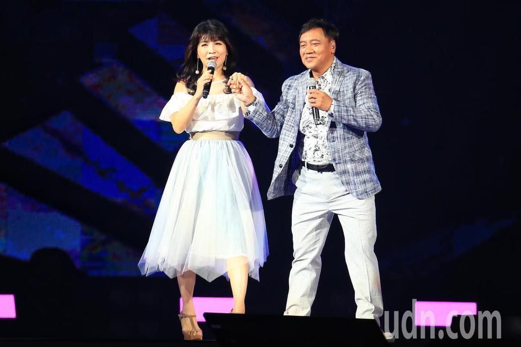 「民歌45高峰會巨蛋感恩場」下午在台北小巨蛋登場,施孝榮(右)與陳艾湄(左)合唱...