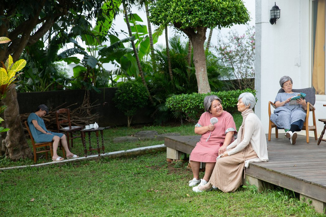 萬芳新歌「給妳們」唱出姊妹相處的日常點滴,盼一起變老一起養老。圖/何樂提供