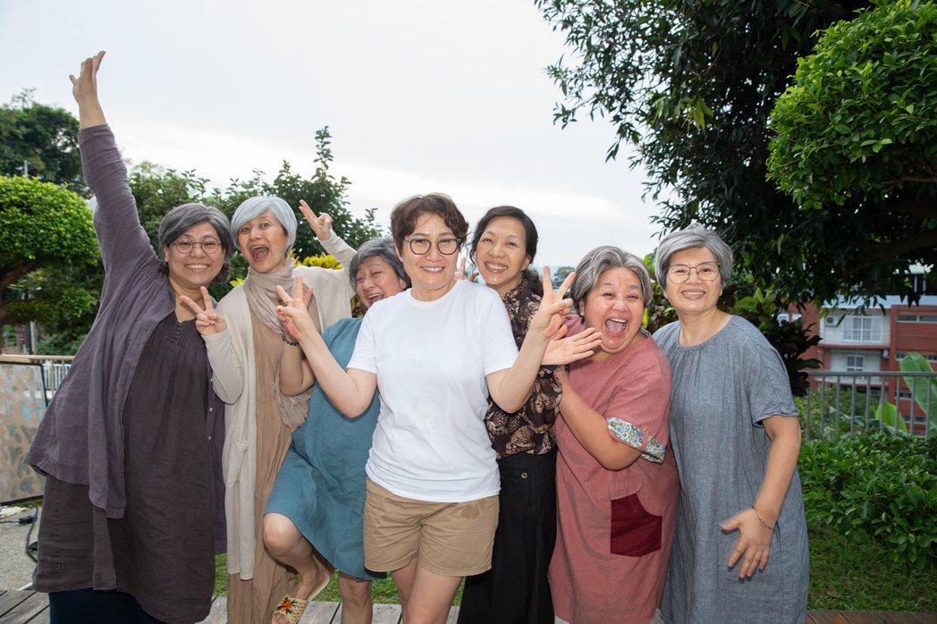 萬芳(右3)盼與好姐妹一起變老,好友智慧(左起)、珊珊、楊麗音、徐譽庭、鍾欣凌和...