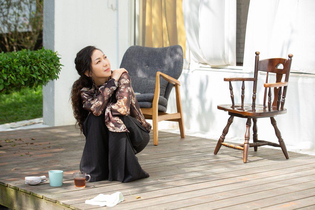 萬芳專輯同名新歌「給妳們」,唱出與姊妹滔的好感情。圖/何樂提供