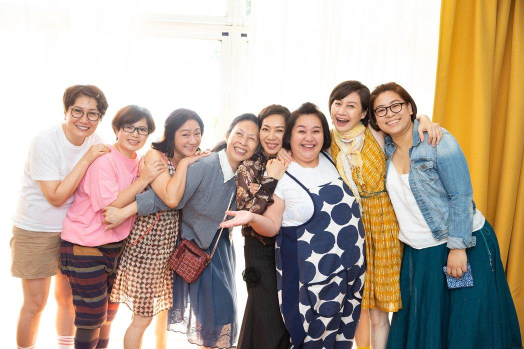 萬芳(右4)專輯同名新歌「給妳們」,好姐妹徐譽庭(左起)、法德、楊麗音、丁也恬、...