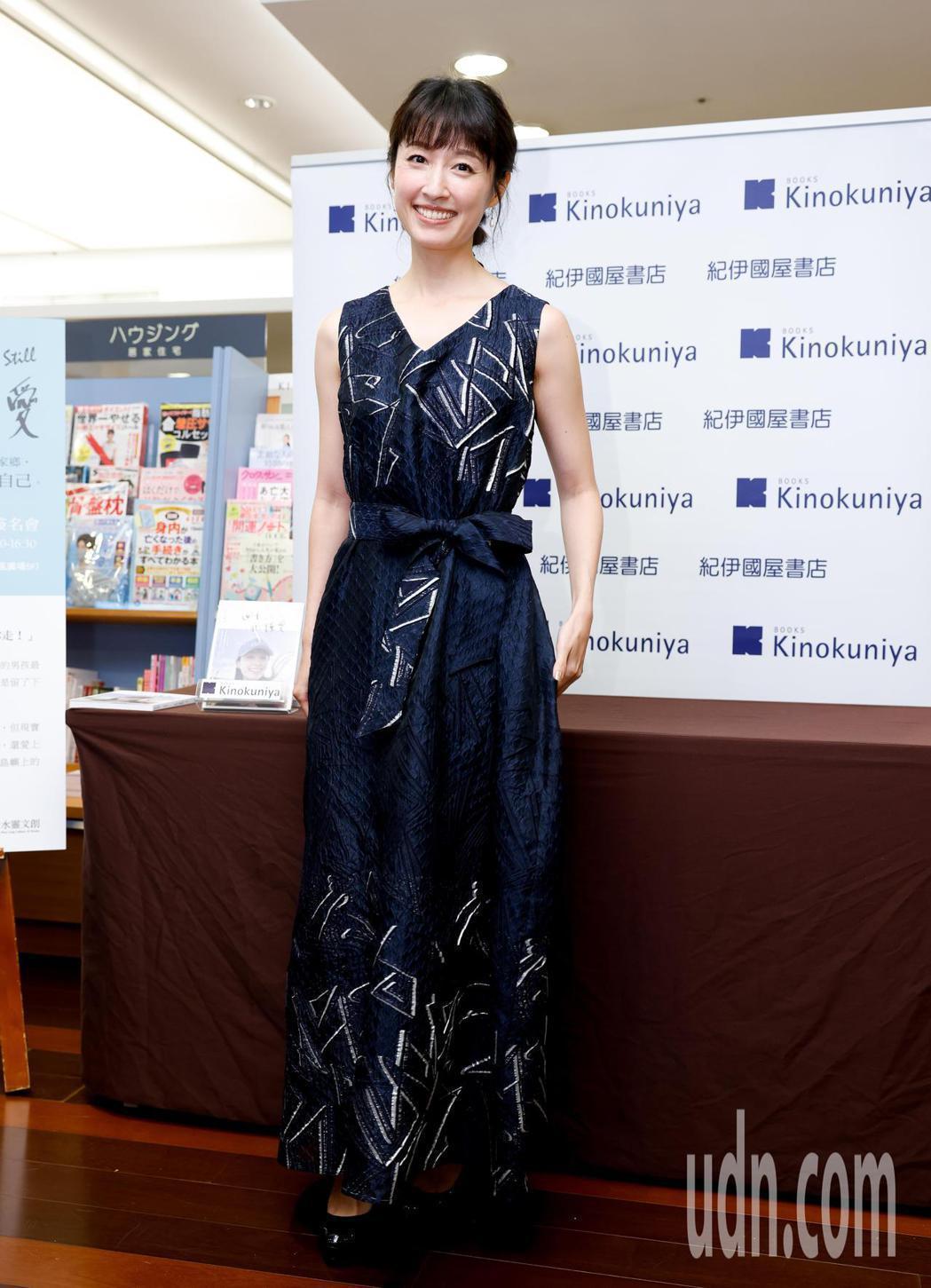田中千繪今天在微風廣場舉辦個人首本中文自傳散文集「四十,仍懂愛」新書簽名分享會。