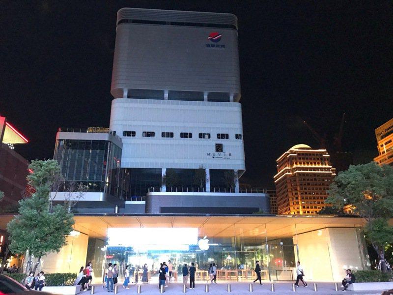 遠東百貨信義A13在今晚六點多突然全館停電。圖/讀者提供