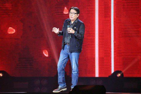 「民歌45高峰會 巨蛋感恩場」今天下午登場,由14組歌手接力演出,並以「回憶錄」的方式貫穿演出,勾起粉絲的青春回憶,場滿近9成,票房約1980萬元;製作人施孝榮表示:「現在還能開大型演唱會,在台灣的...