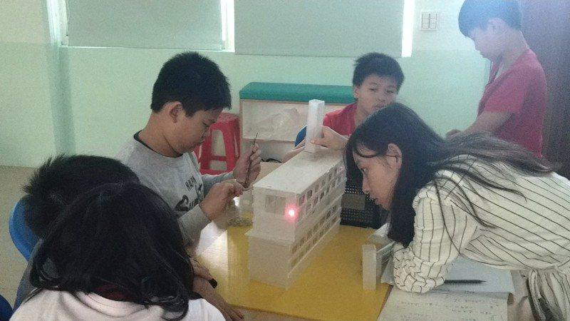 九份國小師生實驗開什麼窗最通風能降溫2度。圖/九份國小提供