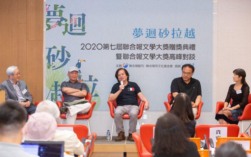 高峰座談台上左起為向陽、楊澤、張貴興、駱以軍、張瑞芬。記者季相儒/攝影
