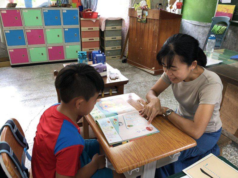 台東縣有國小今年一年級只有一位新生,班導師猶如家教。記者羅紹平/攝影