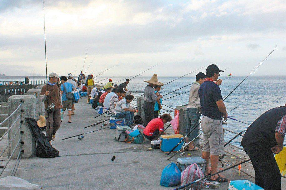 由於許多釣客只是手拎著釣魚冰箱、小板凳和陽傘,在礁石或漁港區找一處好位置即開始釣魚,並不會著專業的救生衣及防滑釘鞋,若遇上天候不佳便容易險象環生。示意圖,與本文事件無關。 圖/聯合報系資料照