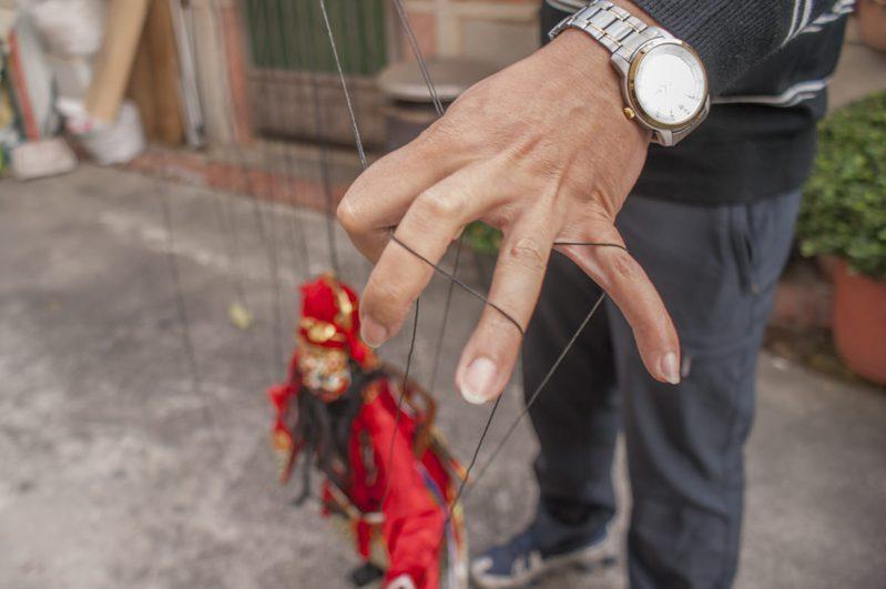 薛熒源向我們展示中國式的戲偶需要非常多的線來操控動作。圖為黃奕缺大師所製作的鍾馗。(圖/文化銀行 提供、王子承攝)