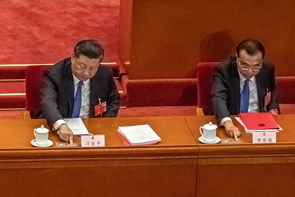 中國國家主席習近平(左)與總理李克強,於第13屆全國人大會議表決港版國安法時投下贊成票。 圖/歐新社