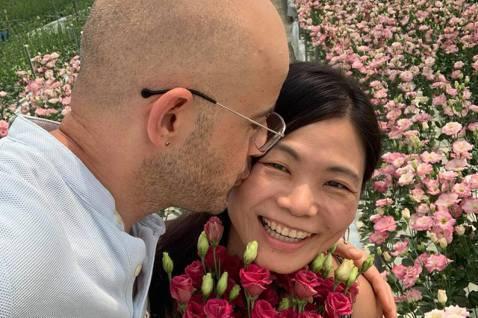 從土耳其到台灣發展,落地生根成為台灣女婿的吳鳳,有著一顆愛台灣的心,常分享台灣的美好,讓台灣人看了也倍感溫馨與謝意。12日,他分享親吻老婆的放閃照,寫著「最近一位粉絲看到老婆跟她說:不用在乎別人説什...