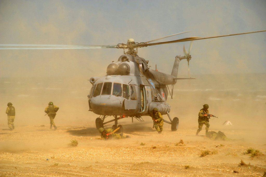 俄羅斯中央-2019演習,陸戰隊員演習直升機運載作戰。 圖/路透社