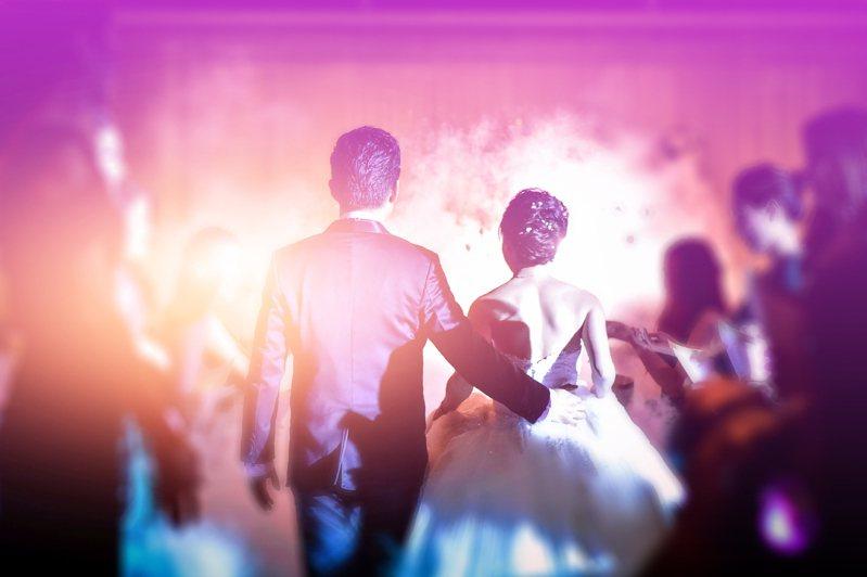 澳洲昆士蘭州政府規定婚禮上,只有新人跟其爸媽能跳舞,其餘賓客禁止共舞。圖片來源/ingimage
