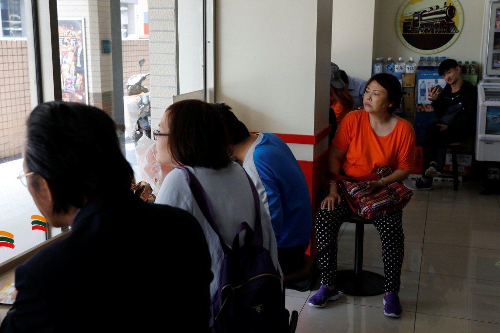 數位遊民的概念也在台灣有值得思考效法的可能性,例如數位遊民因為工作性質、服務對象的多元性,相當可能需要跨時區連線接洽進行線上會議。若有長時間營業便利的商家提供背後支持,工作也可事半功倍。 圖/路透社