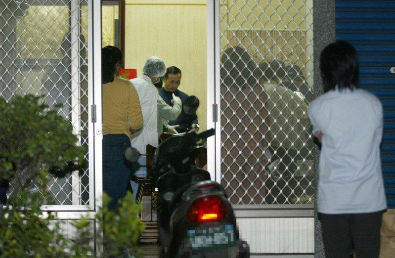 高雄市警方追查十歲吳姓女童遭性侵害致死案,警方人員在命案現場蒐證。圖/聯合報系資料照片