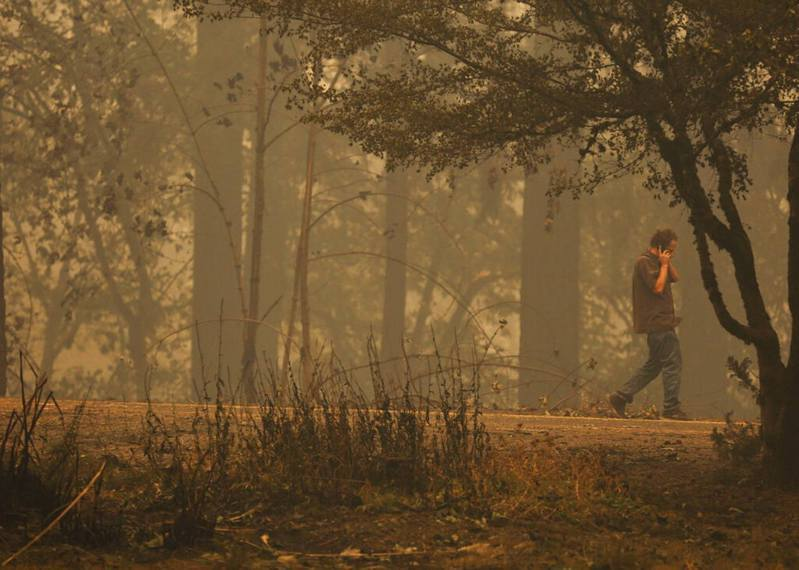 美國俄勒岡州一名男子9月8日開車尋找他失蹤的家人,期間發現一名全身燒傷的女子。 圖/美聯社