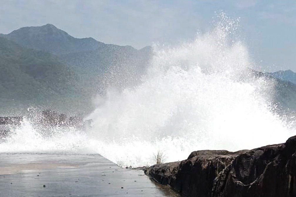 9月7日,宜蘭頭城大溪漁港發生連三波瘋狗浪,造成四名釣客死亡,當時在現場的李姓釣客事發前剛好離開買便當並拍下浪況。 圖/聯合報系資料照;李宜淦提供