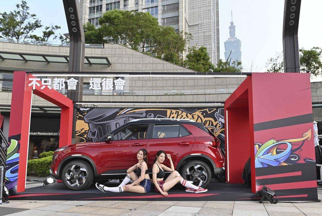 Venue車身設計就跳脫大肌肉的傳統框架,善用外凸輪拱和深刻腰線的設計,讓整體車...
