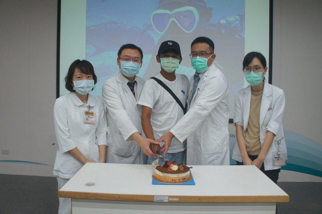 臺中榮總照護團隊慶祝病友痊癒。