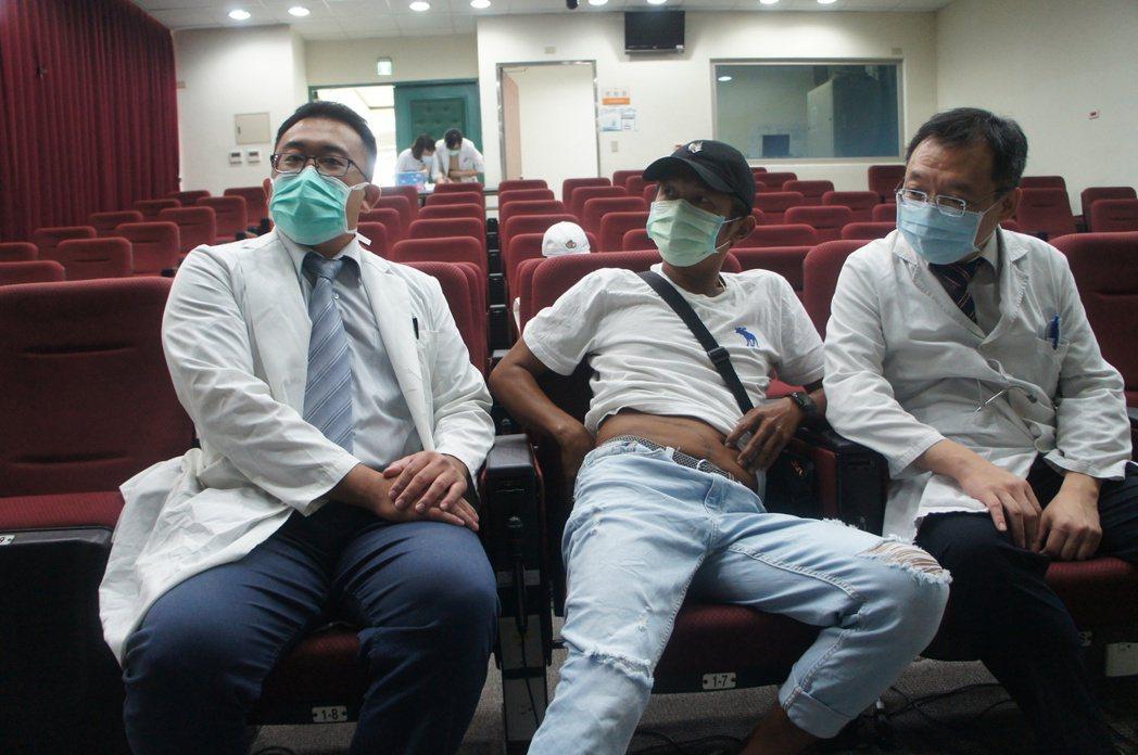 左起-蔡岳錤醫師、病友周先生、感染科劉伯瑜主任。 臺中榮總/提供。