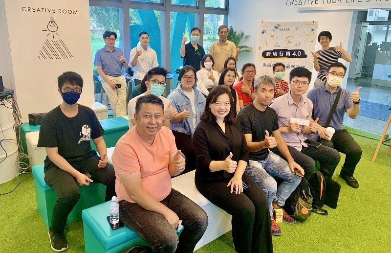 吳秀倫(前排左二)與聽眾合影。 新創總會/提供