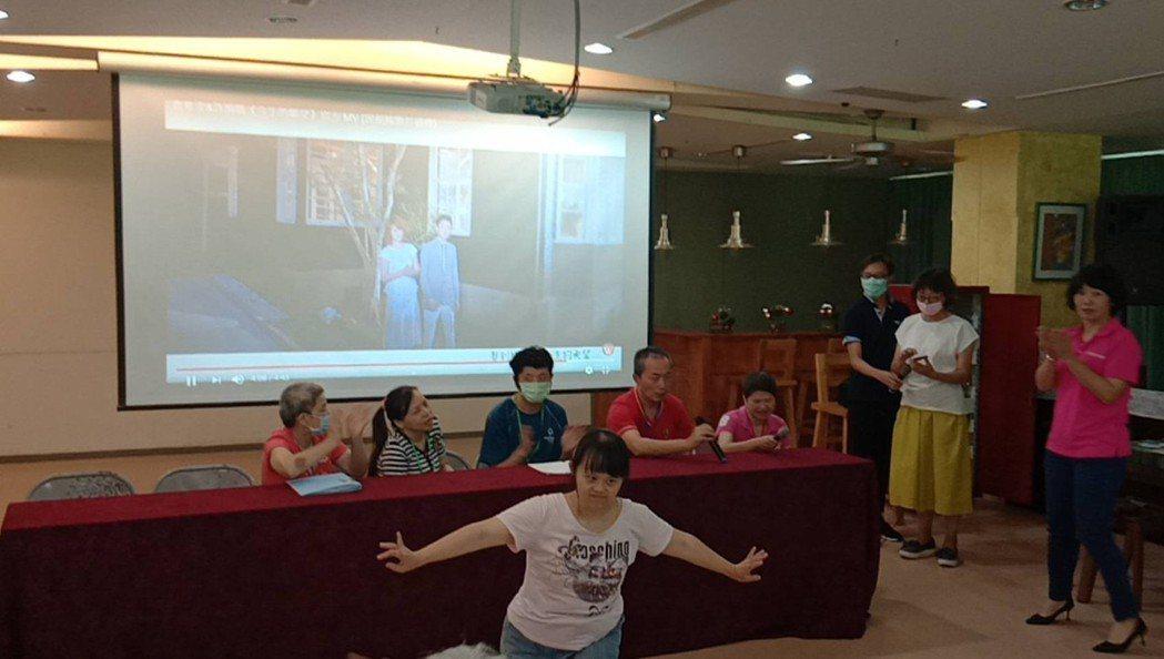 香園教養院院生表演才藝歡迎來訪的中華三創菁英協會與三創企業代表。中華三創菁英協會...