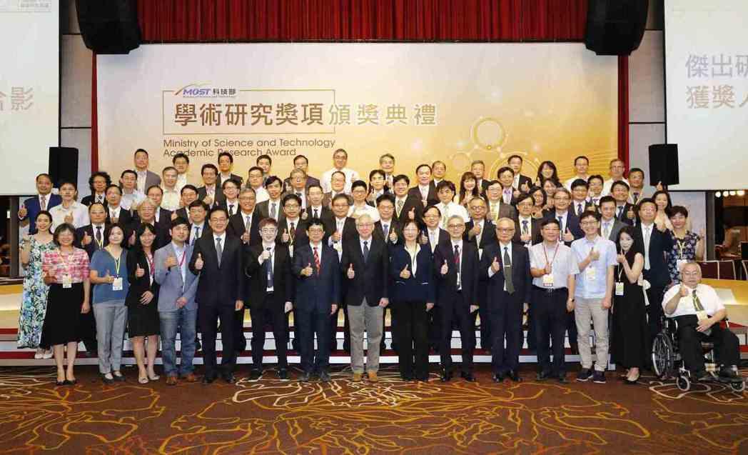 科技部長吳政忠(前排中)與109年度「學術研究獎」得獎者合影。