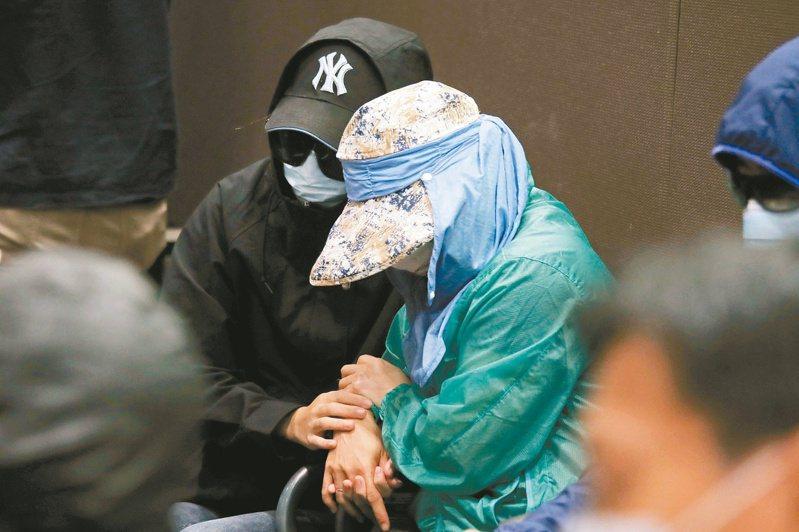 深圳公安昨證實,12港人因涉非法越境,已被刑事拘留。圖為家屬出面促港府接回他們。(美聯社)