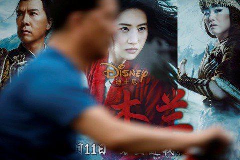 迪士尼真人版「花木蘭」(Mulan)中國首映,週末票房收入來到令人失望的2320萬美元,對一個大成本、以華人耳熟能詳故事來搶攻最重要戲院市場的電影來說,起步表現稍嫌慢熱。路透社報導,「花木蘭」中國首...