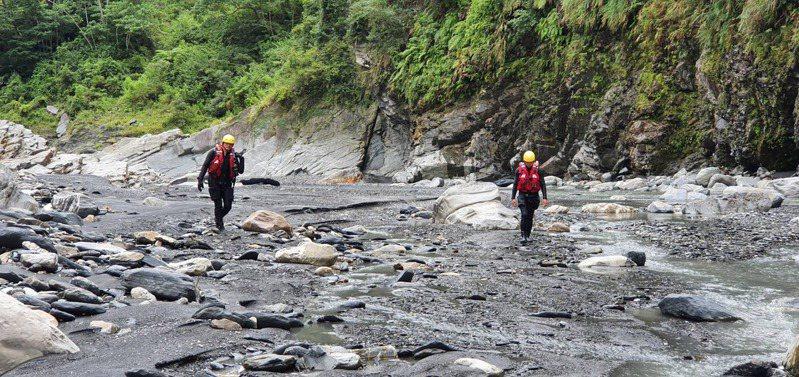 圖為為消防員在河床上搜尋情形。(翻攝照片)中央社