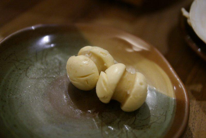 「蛋腸」,又稱為鹹的馬卡龍,用蛋液取代肉作成的香腸。基隆三腸之一,來基隆必吃的,當然也是必點。基隆人心目中一定要吃三腸,分別是大腸圈、蛋腸還有豬肝腸,做法和口感,是基隆獨有美食。
