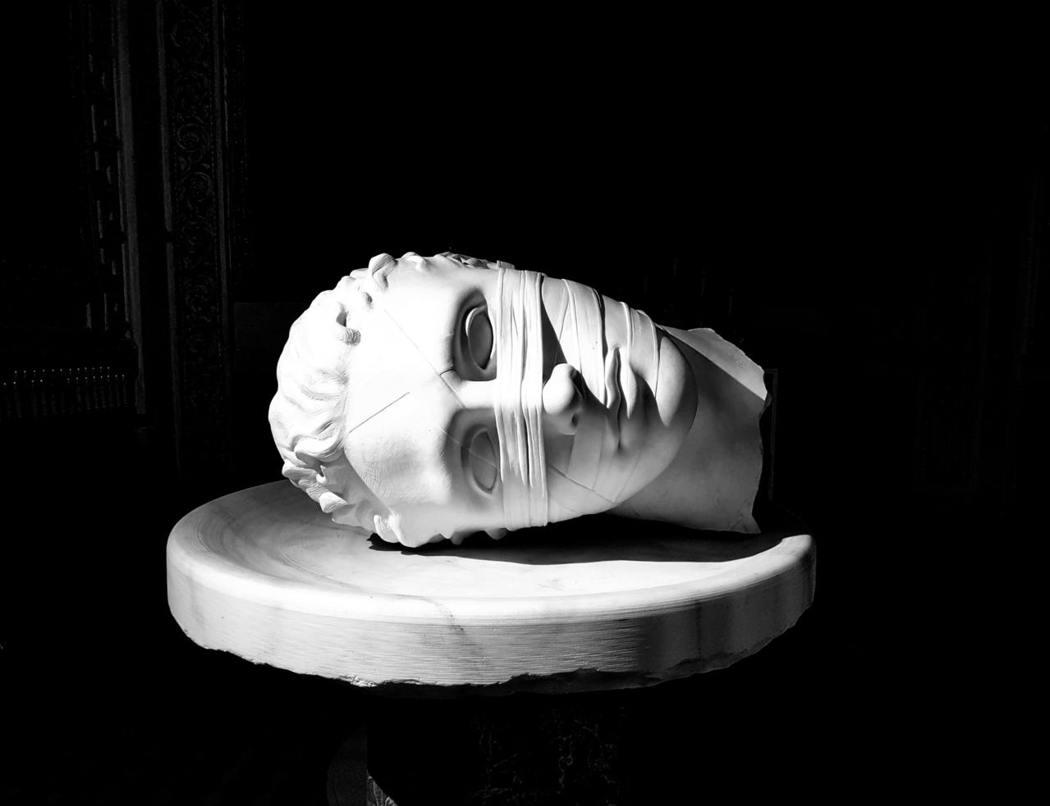 每晚發出隱約嘆息聲的男子,總是躺在秋月的內側