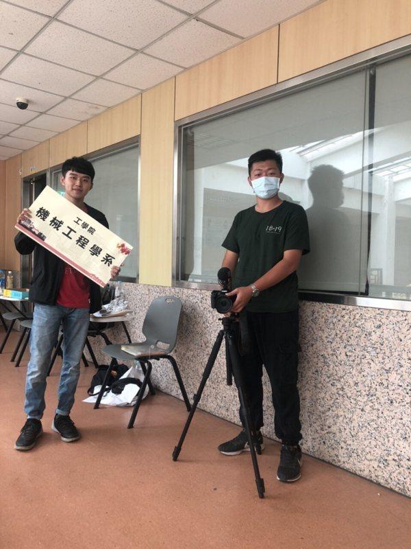 我(右)與紀錄片1819被攝者黃斌(左)