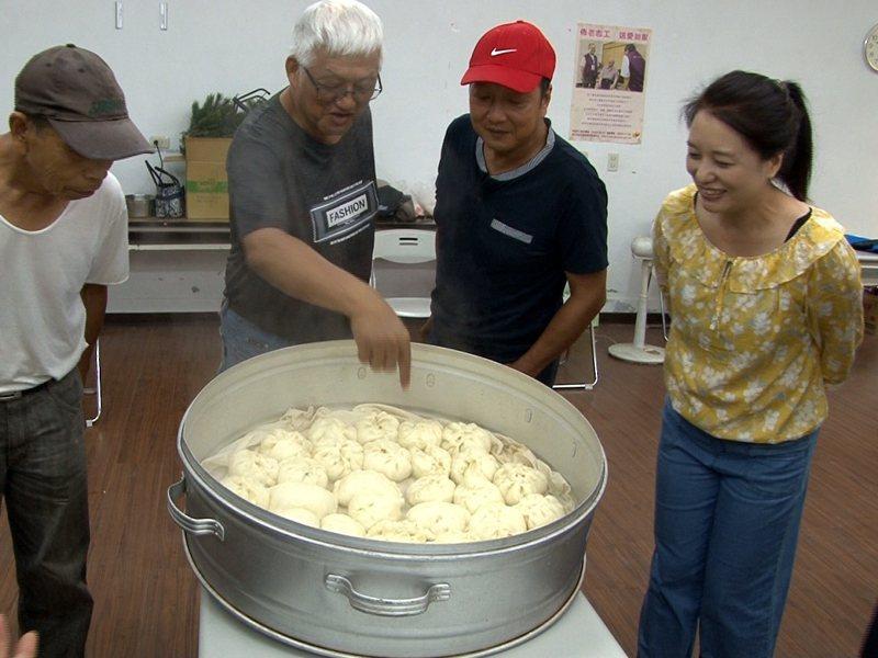 雙溪區平林社區的關懷據點,長者們即興發揮,自己手做的包子饅頭,好有成就感。 圖/觀天下有線電視提供