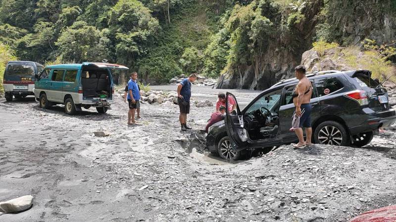 南投縣仁愛鄉武界壩昨天異常放水造成在溪床露營的遊客3死1失蹤,警消今天將持續搜索失蹤者。圖/讀者提供