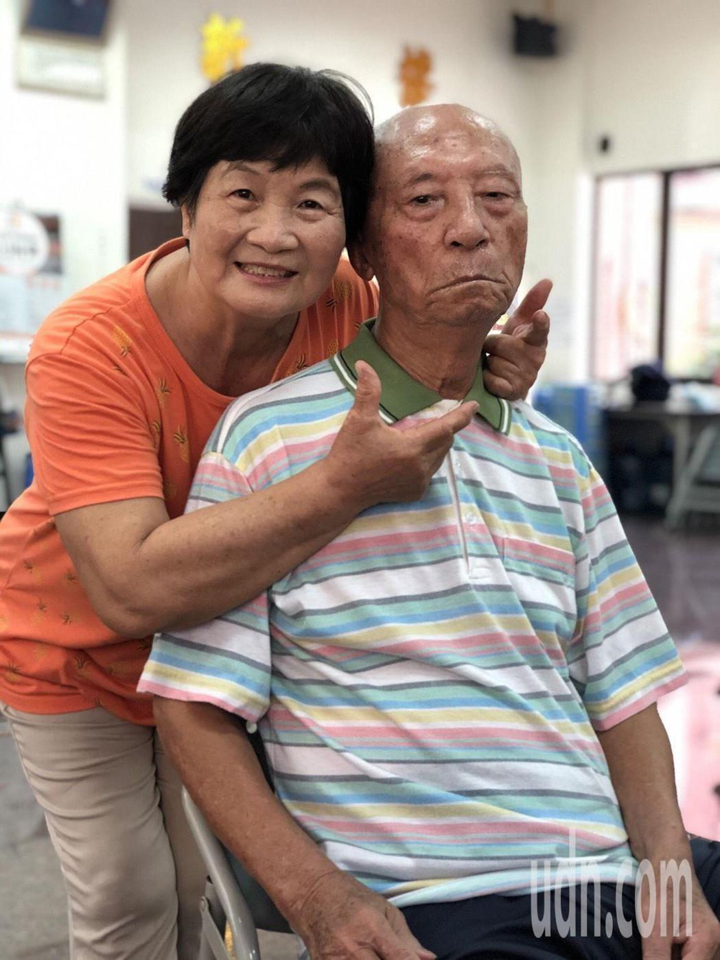 93歲學員陳肇新(右)被封為「軍歌爺爺」,他和妻子鍾來妹一同到失智社區服務據點參...