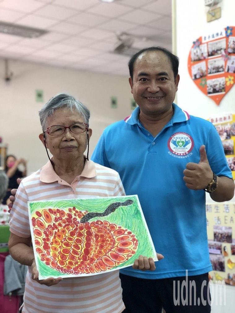 年約80歲左媽媽到失智社區服務據點參加課程,她展現繪畫潛能,作品讓協會秘書長林英...