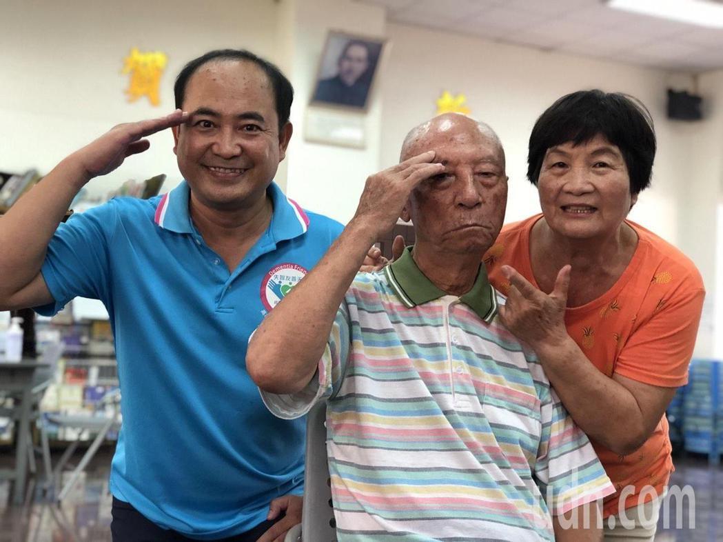 93歲學員陳肇新(中)被封為「軍歌爺爺」,他和妻子鍾來妹(右)一同到失智社區服務...