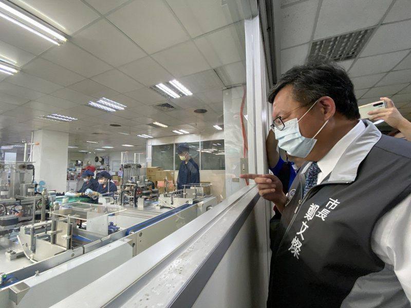桃園「善存科技」為全台第1家進行雙鋼印口罩測試的口罩國家隊,桃園市長鄭文燦今天特地到場視察打氣。記者陳夢茹/攝影