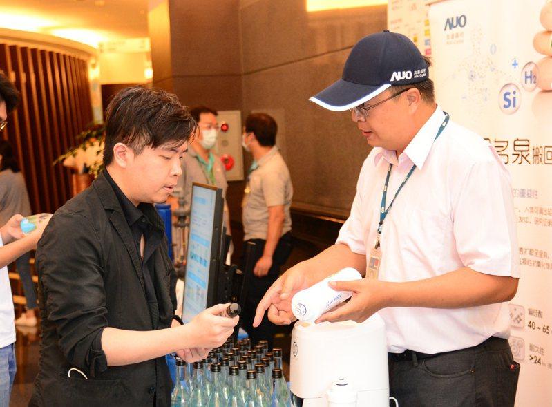 友達偕同集團企業共同致力循環經濟,展示子公司友達晶材專利研發的新型液態矽肥。圖/友達提供