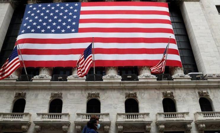紐約證券交易所前,美國國旗飄揚。圖/路透
